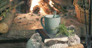 Gemütliche Atmosphäre vor dem offenen Kamin. Mit einer Tasse Tee die Vorweihna...